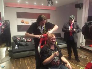 Gronkh rasiert PhunkRoyal eine Glatze